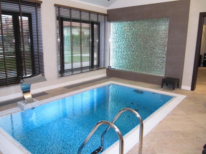 Голубой бассейн в доме