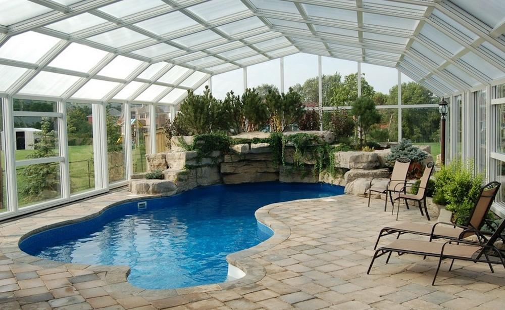 Крытый бассейн в загородном доме