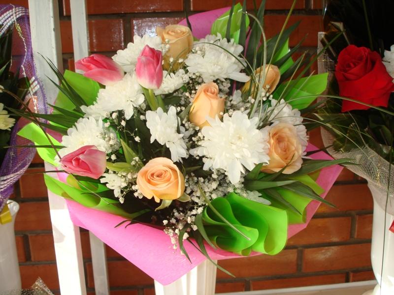 Пышный букет с хризантемами к 8 марта