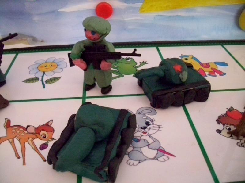 Фигурки танки и солдатики из пластилина на 23 февраля для малышей и дошколят