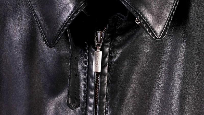 Швы и молнии на кожаной куртке