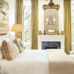 Фото 42: Золотистые классические шторы в спальне