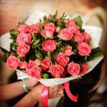 Фото 45: Небольшой букет из кустовых роз на 8 марта
