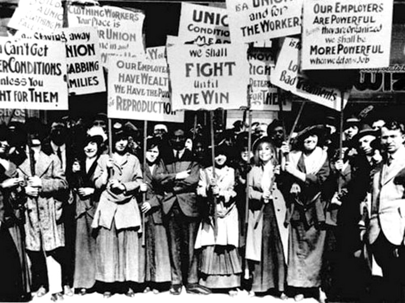 Первая манифестация женщин