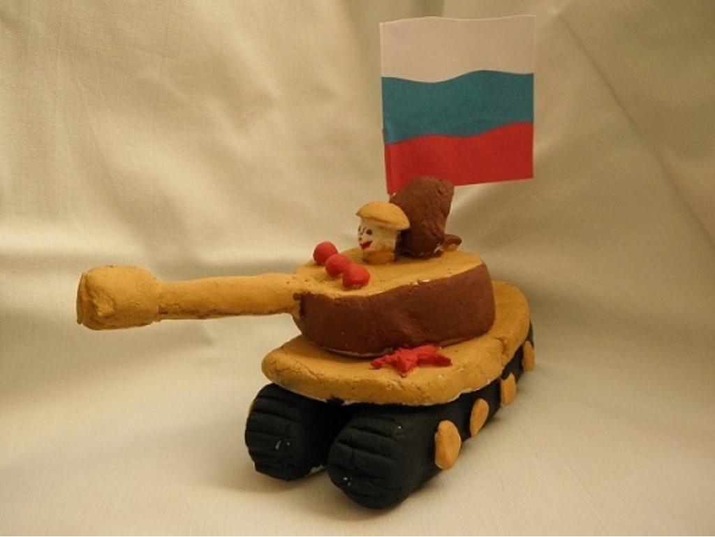 Объемная фигурка танка с флагом и солдатом из соленого теста на 23 февраля