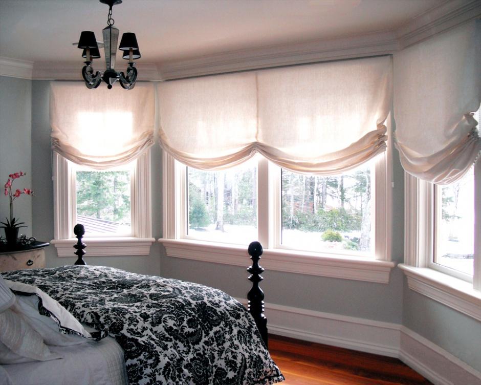 Бескаркасные римские шторы в спальне