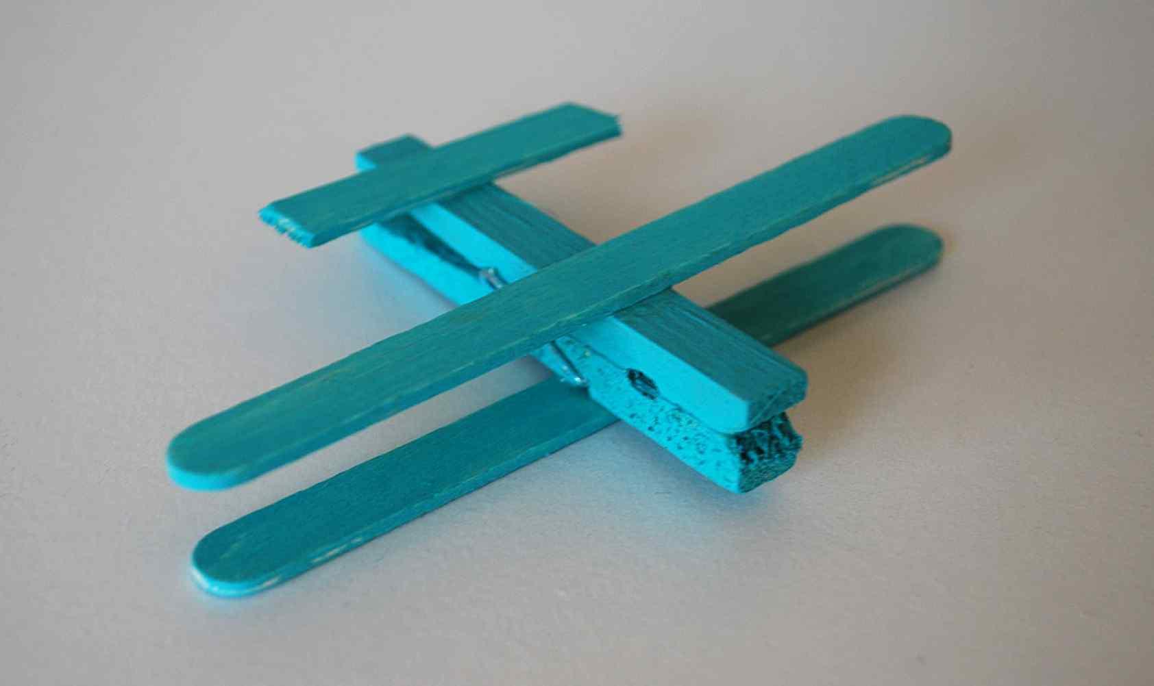 Поделку самолетик из прищепки и палочек от мороженного к 23 февраля легко сделать своими руками