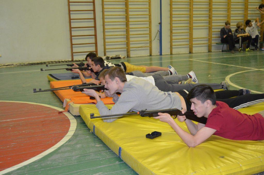 Конкурс на меткость с винтовкой в школе