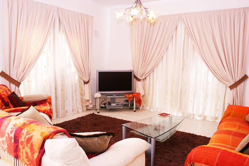 Светлые шторы для маленькой гостиной