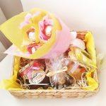 Фото 74: Подарочный набор на 8 Марта с букетов конфет