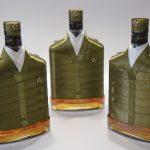 Фото 16: Украшение бутылок на 23 февраля лентой под военную шинель