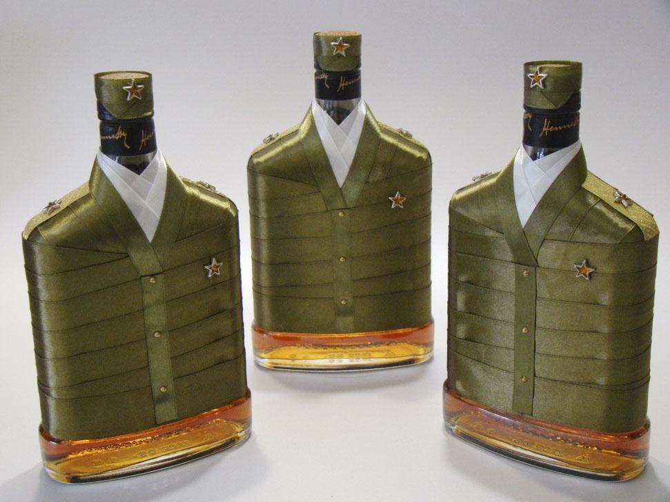 Украшение бутылок на 23 февраля лентой