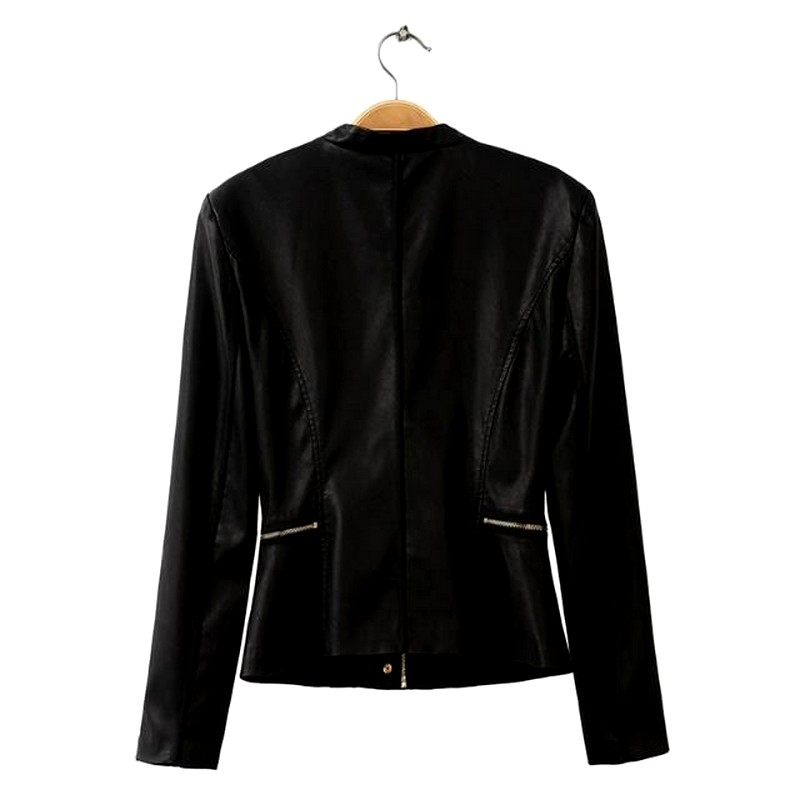 Кожаная куртка на плечиках