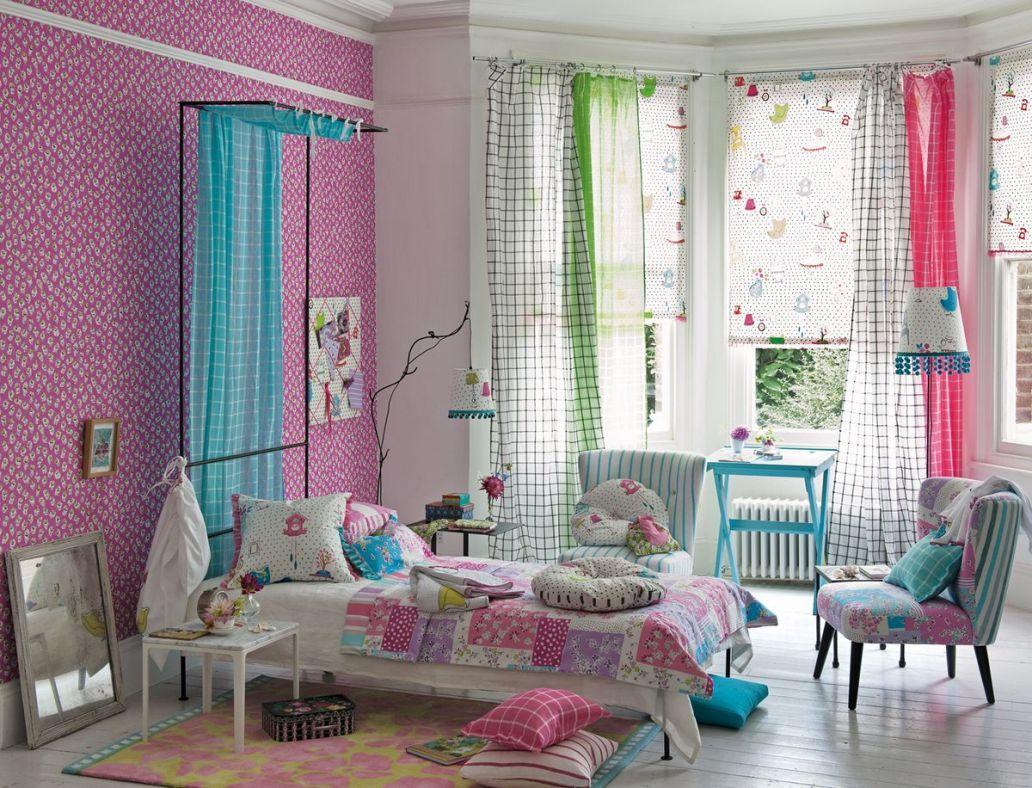 Сочетание ярких штор в детской спальне разных цветов