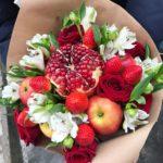 Фото 62: Яркий букет из фруктов, цветов и ягод
