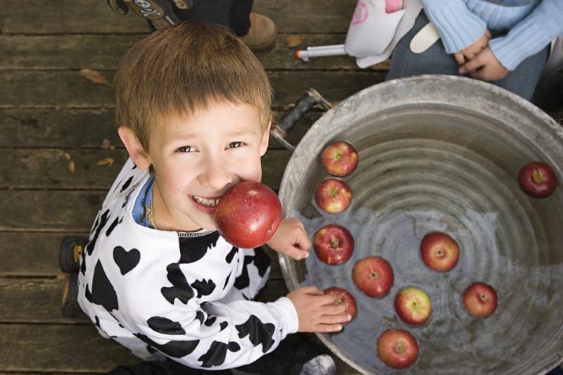 конкурс веселые старты с яблоком и ведром с водой