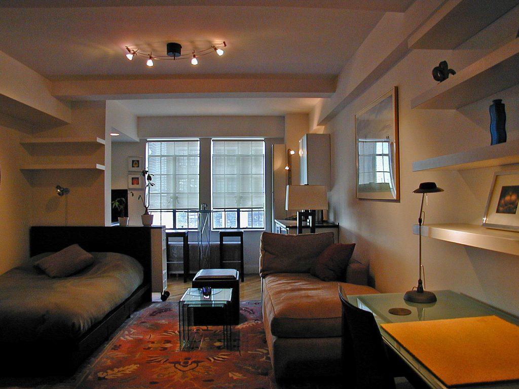 В помещении важно продумать выигрышное расположение светильников, чтобы комната освещалась равномерно