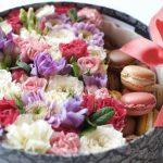 Фото 57: Подарок набор из сладостей и цветов на 8 Марта