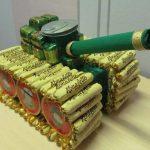 Фото 27: Сладкий танк из конфет на 23 февраля своими руками