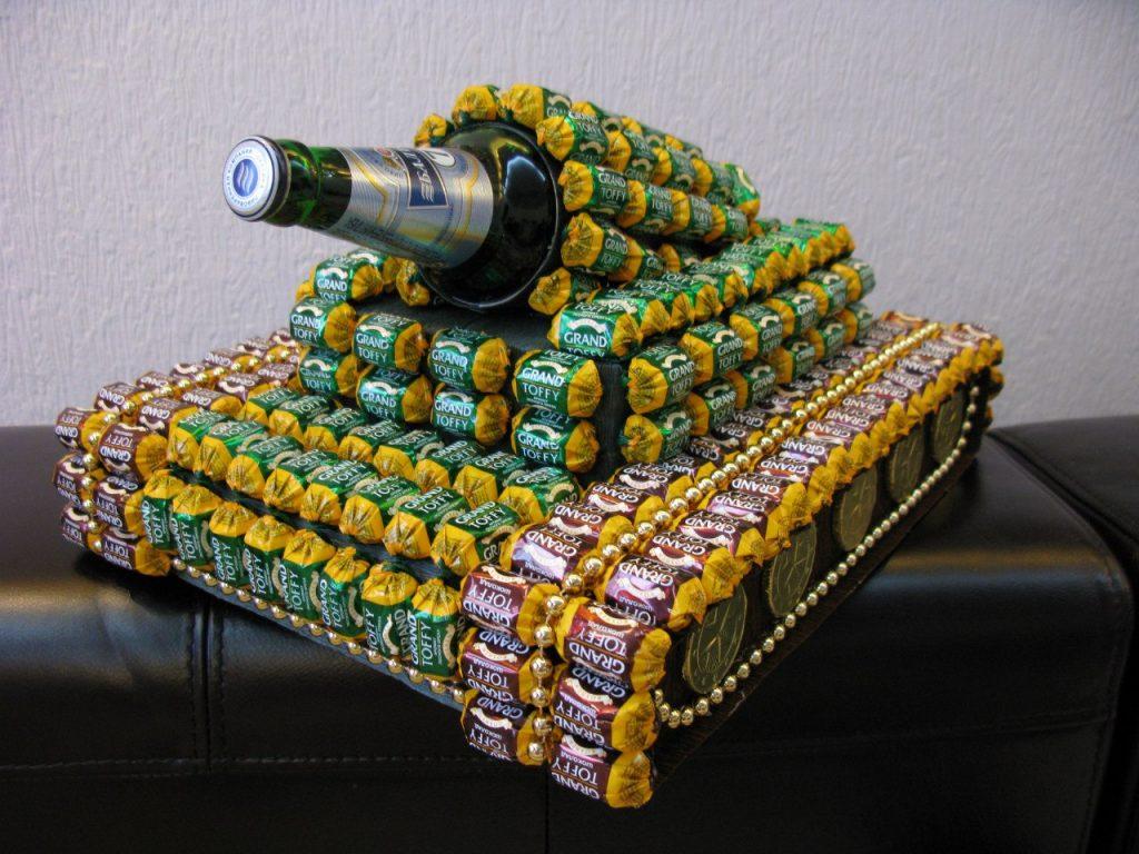 Сделать танк из конфет на 23 февраля своими руками