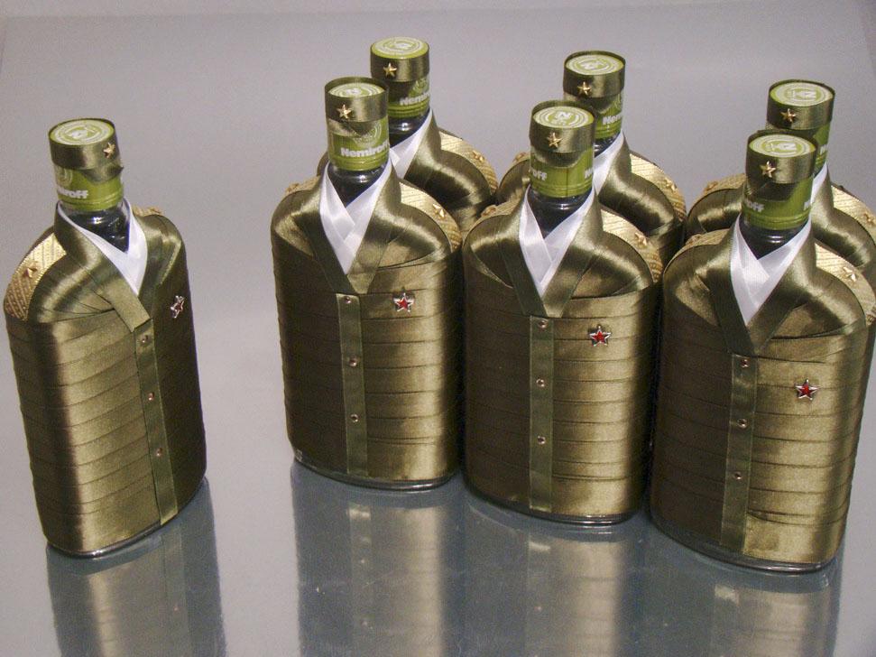 Как украсить бутылки ко Дню Защитника Отечества лентой
