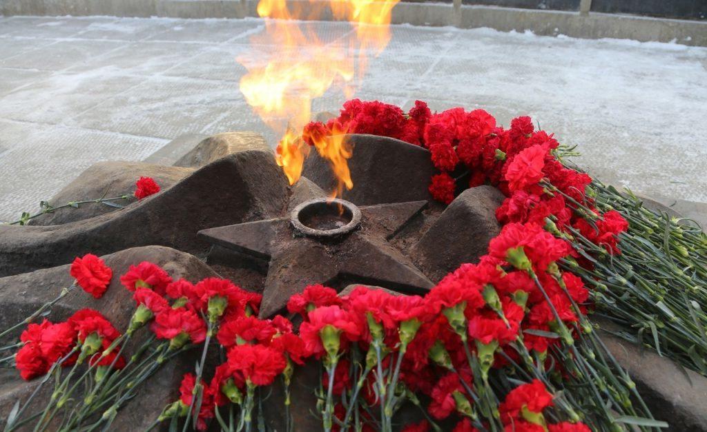 Возложение цветов к вечному огню в память о героях