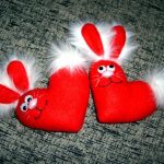 Фото 38: Игрушки–сердечки из фетра