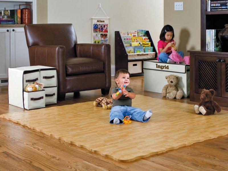 Малышам, только начинающим осваивать пространство, вспененные коврики подходят, ведь на них ребенок может находиться даже без памперса