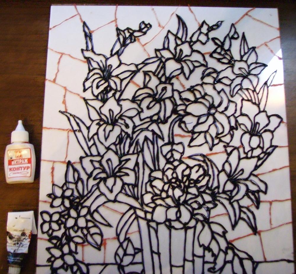 Обводим контуры эскиза витражной краской