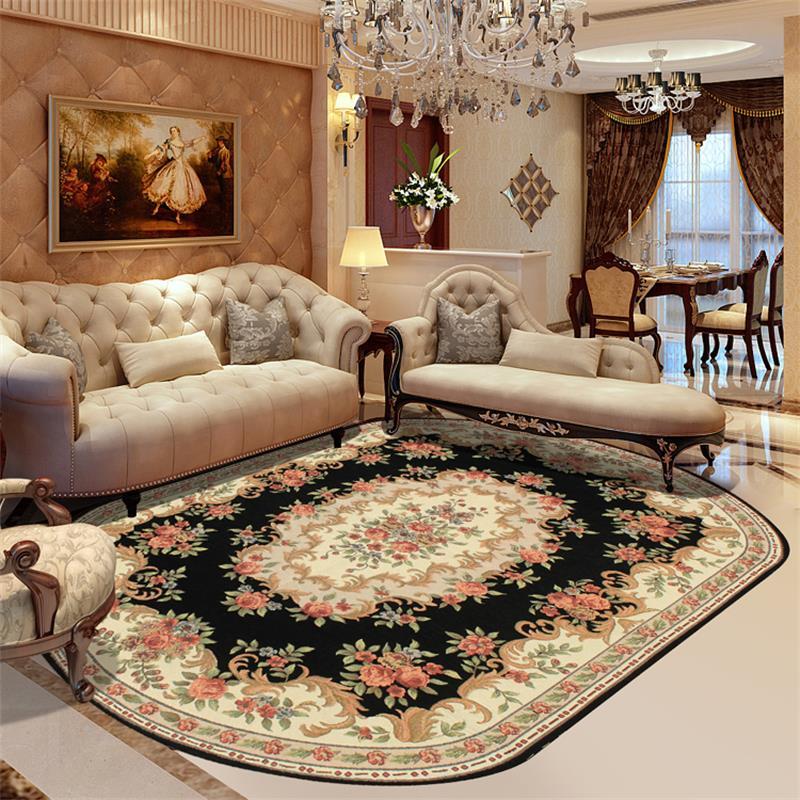 Овальный ковер на полу в гостиной может прекрасно гармонировать в центре, заняв пространство под люстрой