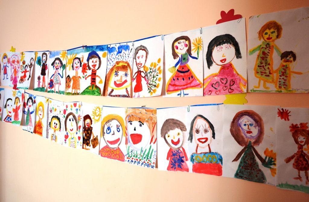 Портреты мам на 8 Марта в детском саду