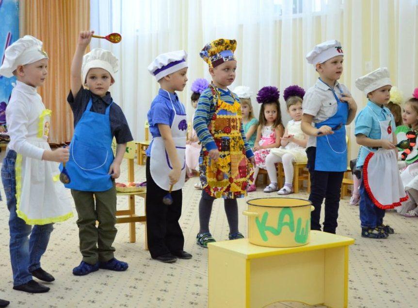 Подготовка сценки на 8 Марта мальчиками