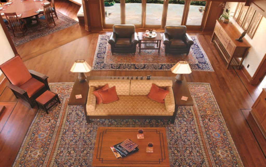 Шерстяные ковры гармонично вписываются в интерьер гостиной, демонстрируя достаток и некую «элитарность»