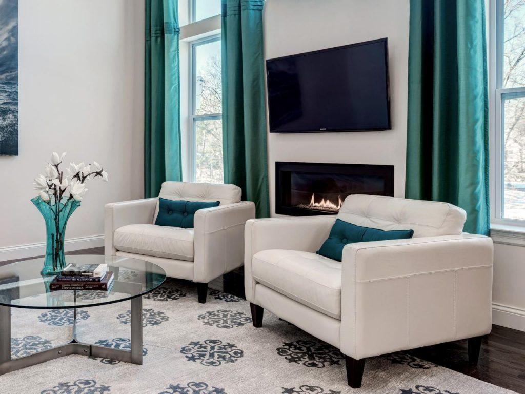 В светлой гостиной с окнами на солнечную сторону цвет ковра должен придерживаться «холодному» стилю