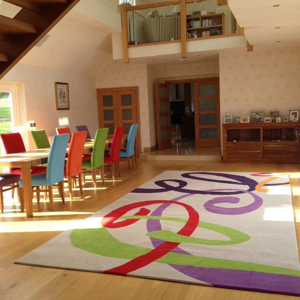 Габаритные ковры с эксцентричным рисунком могут хорошо гармонировать только с объемной комнатой