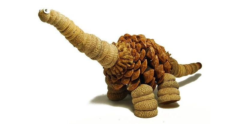 Динозаврик из шишки и шапочек желудей