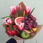 Фото 53: фруктово-овощной букет с тюльпаном