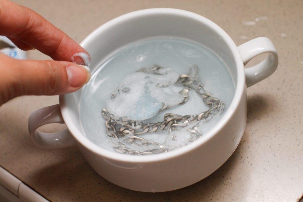 Также для чистки серебра нашатырь добавляют в мыльный раствор