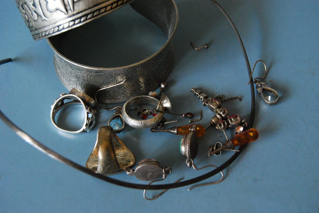 Со временем все серебренные изделия темнеют или тускнеют и требуют специальной чистки