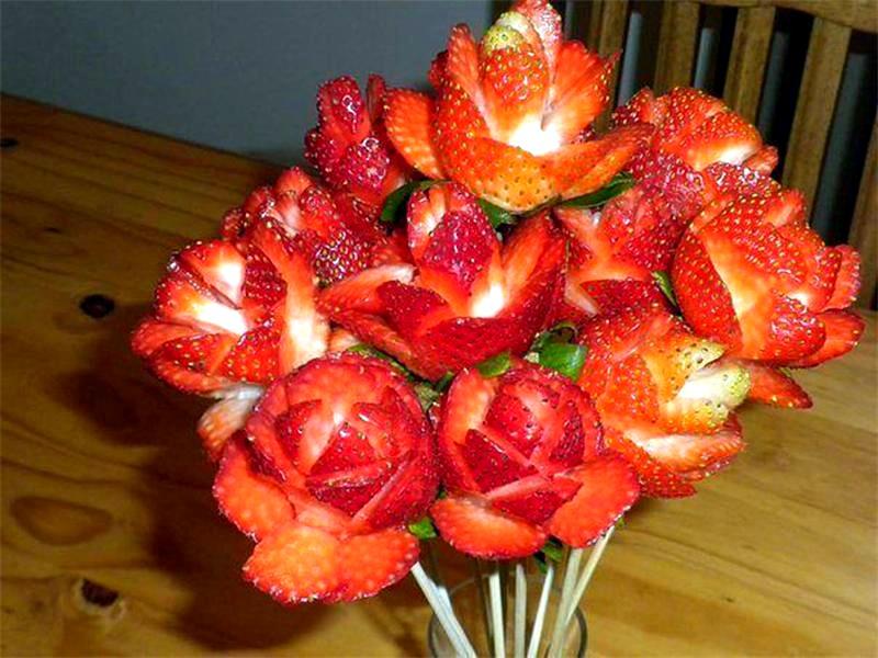 розы из клубники в технике карвинг