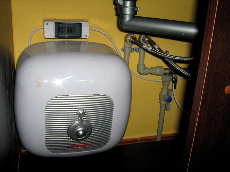 водонагревательный электрический бак