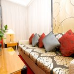 Фото 4: Диванные классические подушки из парчи