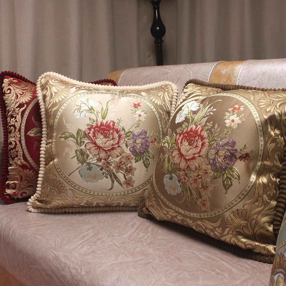 Шелковые диванные подушки в классическом стиле