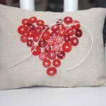 Фото 105: Украшение подушки пуговицами в виде сердца