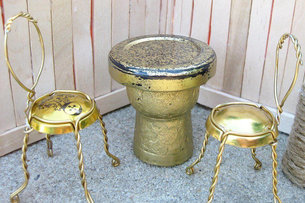 Мебель для кукол из металлических пробок