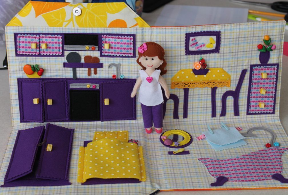 Книжка-кукольный домик из фетра