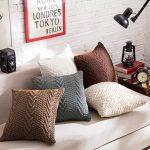Фото 26: Вязаные диванные подушки в скандинавском интерьере