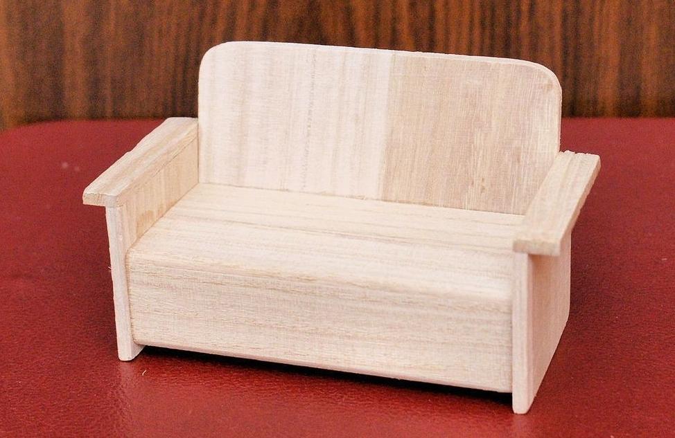 Деревянный кукольный диванчик