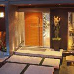 Фото 13: Бетонное крыльцо с деревянной дверью