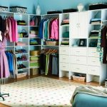 Фото 38: Яркий дизайн гардеробной
